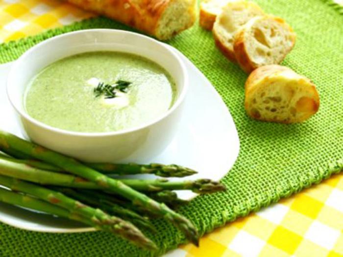 Sopa de espárragos verdes para preparar en una cocotte grande