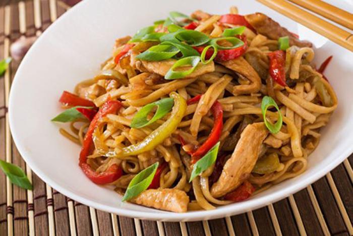 Tallarines Udon con Pollo y Verduras