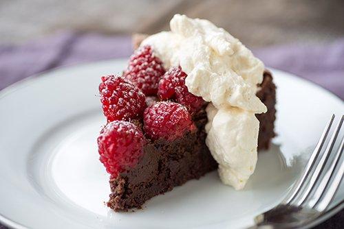 Tarta de Chocolate con Frambuesas y Nata