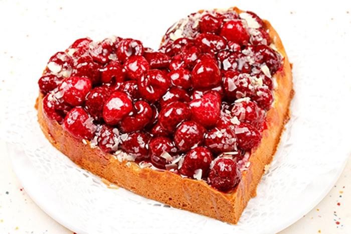 Tarta de Fresas y Frambuesas con Forma de Corazón