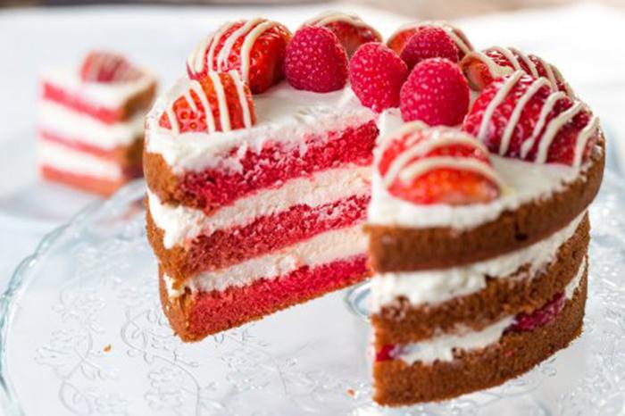 Tarta Red Velvet con Fresas y Chocolate Blanco