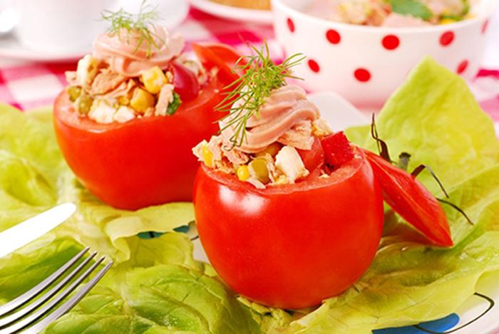 Tomates Frescos Rellenos de Ensalada de Atún