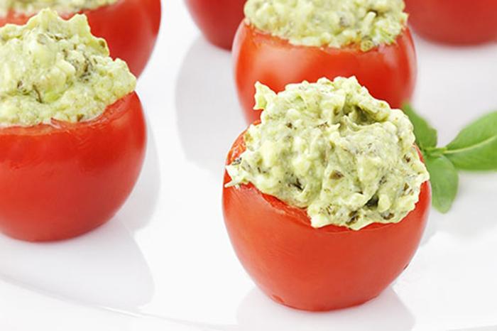 Tomates Rellenos de Pesto y Aguacate