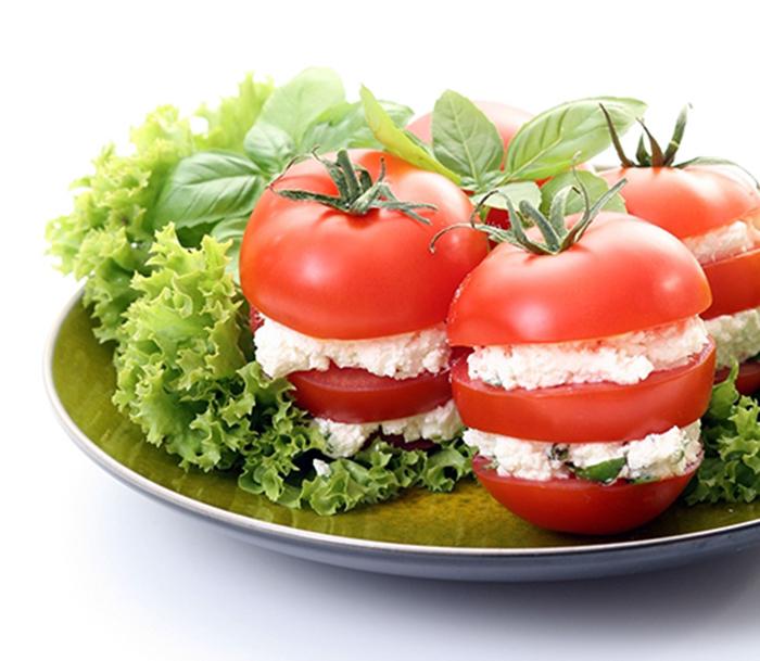 Tomates Rellenos de Queso Crema y Albahaca