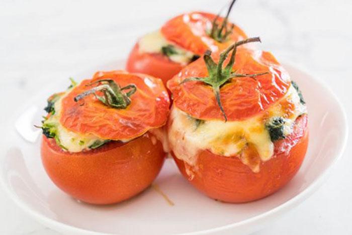 Tomates Rellenos de Queso y Espinacas