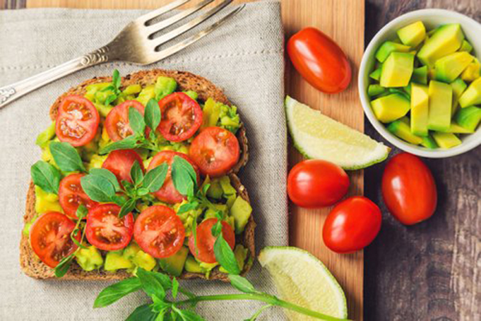 Tosta de Tomate y Aguacate