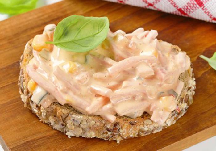 Tosta Integral con Ensalada de Jamón en Salsa Rosa